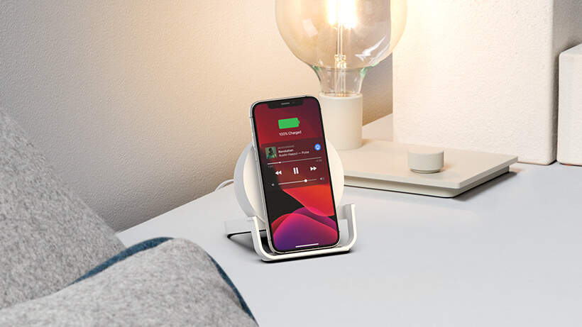 Chargeur à induction BOOST↑CHARGE Stand sur une table de chevet