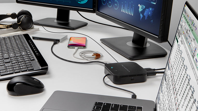 插在桌上 Thunderbolt 3 Dock Core 中的多台设备