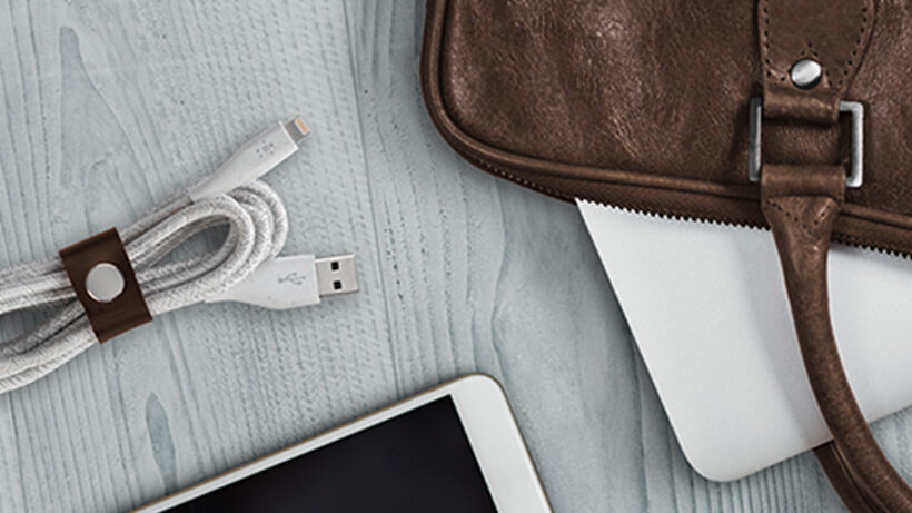 Cable DuraTek™ Plus de Lightning a USB-A Cable con cinta sobre un escritorio
