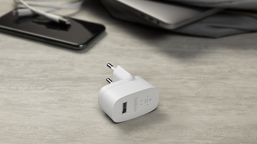 El cargador de pared USB-A BOOST↑CHARGE colocado en una mesa