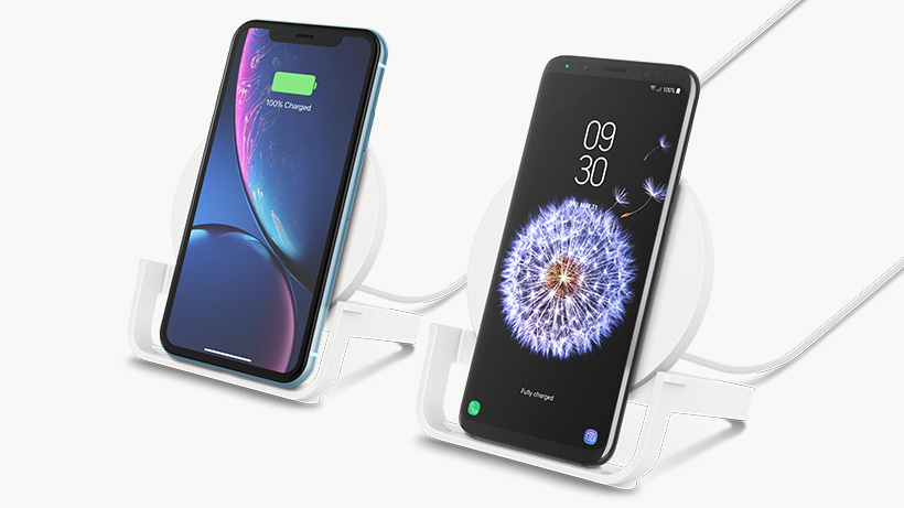 Smartphone Apple e Samsung in ricarica sul Supporto di ricarica wireless BOOST↑CHARGE